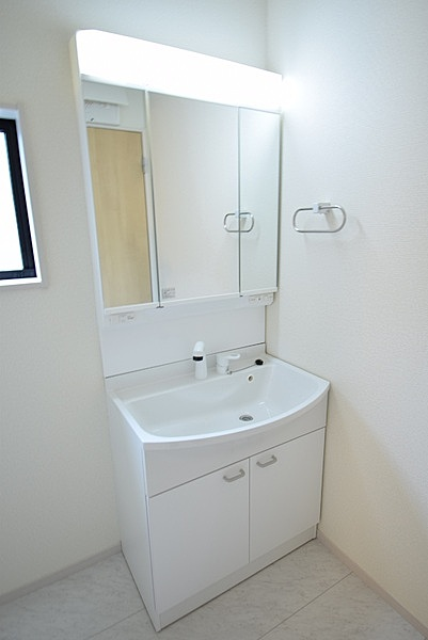 3面鏡裏収納には化粧品や洗面用品類など細々とした小物を収納できます。ハンドシャワー付き洗面台。広い洗面ボウルでは楽にシャンプーや手洗い洗濯ができます。