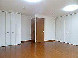 12帖洋室はドアと収納が2つあり、1部屋を2部屋へ間取り変更が可能です。(2018年9月14日撮影)