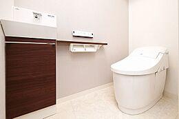 新しく生まれ変わったトイレ。タンクレスのデザインですっきりとした清潔感のある空間を演出します。
