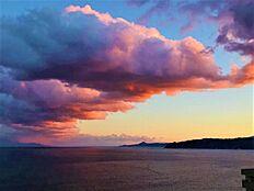(オーナー様撮影による「サンセット」)海と空が広く眺められ、左側からは花火も見れます。