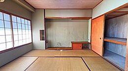 リビングに隣接した6畳分の和室。こちらもバルコニーに隣接しているため、採光に優れています。