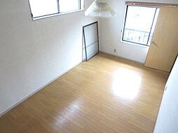 リフォーム中 2階東側6帖洋室 床クリーニング、壁・天井クロス張替、収納新設、照明器具交換、火災警報器設置予定 南の窓からはポカポカ陽光たっぷり 明るくあたたかい室内