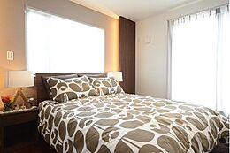 寝室には暖かみのある間接照明を設け、心安らぐひと時をあなたに。窓から差し込む光で気持ちよく目覚めることができるでしょう。建物プラン例 建物価格1755万円、建物面積89.26m2