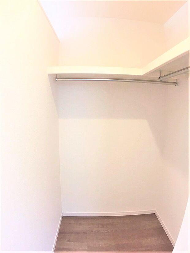 収納力が充実したウォークインクローゼットが各洋室にございます。衣類だけでなく、生活とともに増えていく思い出や季節物用品等たっぷり収納できます。