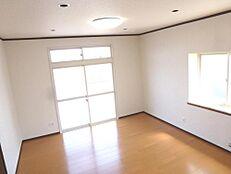 リフォーム後のLDKの画像です。フローリング重ね張、壁、天井のクロスを張替て照明器具もLED製に交換しました。家族みんながくつろげる空間になりました。