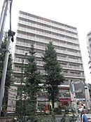 外観/明治通り沿いの11階建てマンション、1階にコンビニが入っています。