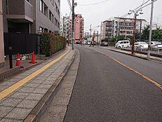 前面道路は歩行者専用道路が確保されております。