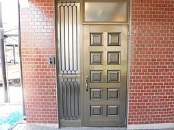 リフォーム済み。玄関です。扉はクリーニングで綺麗に仕上げ、屋外照明を交換しました。鍵も交換済みですので、お引渡し後も安心です。