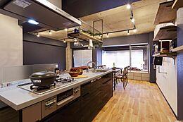 お料理のスペースが多くなる以外にも、家族やお友達とお料理をしながら集えるアイランドキッチン。