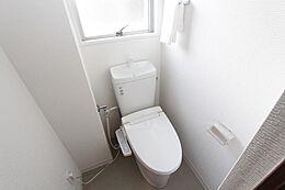 温水洗浄便座付きので清潔にご利用いただけますね。小窓で換気もできます