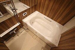 「浴室」と一言で言っても、違いは歴然。全面パネル、浴室換気乾燥機、ワイドミラー、ハイクオリティなデザインを採用。
