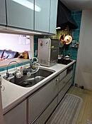 人工大理石トップの対面式システムキッチン。ご家族の顔を眺めながら家事ができる毎日はいかがですか。もちろんお友達を招いたティータイムもお話しに加わりながらお菓子のご用意ができます。