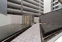 敷地の中心にある静かで幻想的な約230m2の中庭「ライトガーデン」