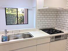 使い勝手の良いシステムキッチン    引出し収納や足下収納などにより、収納量がアップしているだけでなく、調理中、取り出しやすい位置に道具や食材等を収める細かい工夫がなされている