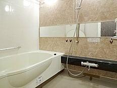 1600mm×2000mmのワイドサイズな浴室。タマゴ型浴槽で半身浴が楽しめます