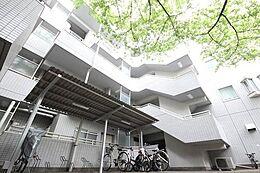 (豊かな都心生活へ)格調と静謐を強く息づかせた個性的なデザイン空間が、住む人や訪れる人を館内へとやさしくエスコートします。