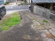 前面道路からのスロープ。幅約2m