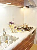 システムキッチンでシンクも広々しているので余裕を持ってお料理ができます