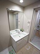 大きな1まい鏡の洗練されたフォルムです。タオル掛けも付いており実用性ある洗面化粧台です。