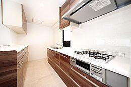 ブラウンのデザインも美しい最新のキッチン。広々としたスペースが料理の時間も楽しくします。