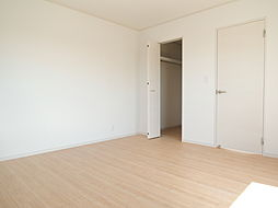 2階8帖洋室。...