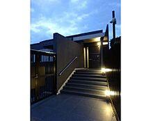 「サブエントランス」ライトアップされたサブエントランスはマンションの気品さ、高級感を演出しております。