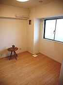 窓もあり換気も良好な約4.3帖の洋室です。