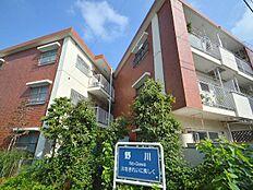 野川沿いにより開放的で日当たりの良いマンションです。駅まで徒歩10分と利便性の良い立地。