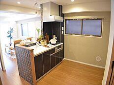 キッチン裏もゆとりのスペースを確保