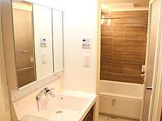 収納が多い一体型の洗面台は、タオルや下着を収納するのにも充分なスペースを確保しております。