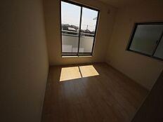 ゆとりのある7帖の主寝室。WICも付いた豊富な収納