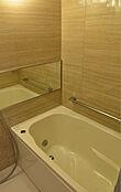 こちらはバスルームの写真です。ナチュラルカラーで癒される空間を演出、浴室換気乾燥機&エコミスト付