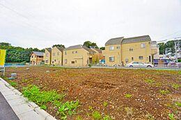 第一種低層住居専用地域の閑静な住宅街。周囲は落ち着いた住宅が建ち並んでいます。