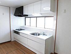 リフォーム後写真キッチンは新品のシステムキッチンに交換しました。キッチンの天板は人工大理石製になります。