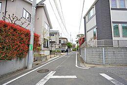 第一種低層住居専用地域で、落ち着いた住宅が建ち並んでいます。