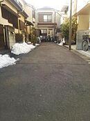 北側の前面道路は約4mの私道となっているため静かな住環境です。