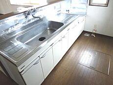 リフォーム前のキッチンの画像です。永大産業製の2550mmの新品キッチンに交換します。