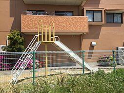 マンション横には公園も。目の届きやすい場所にお子様が遊べる環境は忙しいママの味方です。