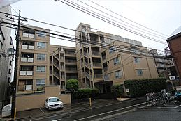 「狛江」駅徒歩5分の好立地。閑静な住宅街に佇むマンションです