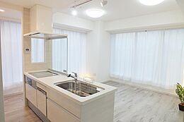 (平成29年8月6日撮影)フローリングの床は「ホワイトオーク」柄を施工済。 窓から入り込む光をやさしく吸収し、お部屋全体を明るくしてくれます。 インテリアのカラーも馴染みやすいフローリングです。