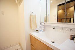 洗面台には三面鏡を採用。身だしなみを整えやすい事はもちろんですが、鏡の後ろに収納スペースを設ける事により、散らかりやすい洗面スペースをすっきりさせる事が出来るのも嬉しいですね。