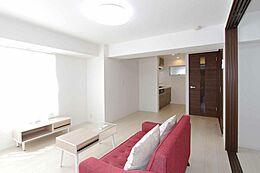 西側の窓から差し込む光で明るいリビングスペース。ソファを置いても十分な広さですね