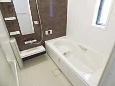 広々浴槽なので半身浴や子供さんとの入浴も楽しんで頂けます。