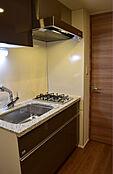 こちらはシステムキッチンの写真です。静音シンク、浄水器一体型水栓、耐震ラック付吊戸棚等充実した設備