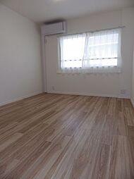 2階北側洋室1、約6.4帖。北側に腰窓のある、エアコン付のお部屋です。