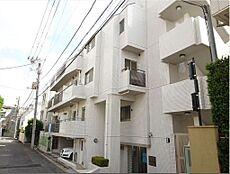 白を基調とした洋風なデザインの玄関です。洗練された気品漂う閑静な、落ち着いた住宅街に立地。