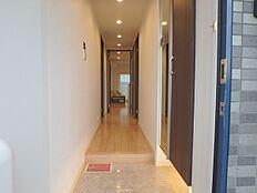 玄関から繋がる廊下は人感センサーのついたダウンライトが設置しており、手が塞がっているときも明るい空間が迎えてくれます。