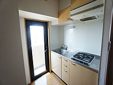 窓扉のある明るいキッチンです。2口コンロのシステムキッチンで、お料理も楽しく出来ます。