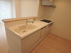 3口ガスコンロ・グリル・食器洗乾燥機付きのシステムキッチン