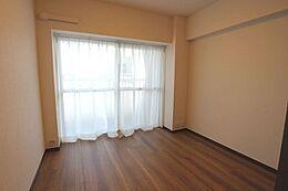 約5.4帖の洋室。クローゼット付き。全居室フローリングとなります。